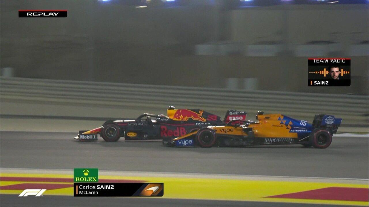 Reveja o o momento em que Sainz fura o pneu, ao tocar Verstappen
