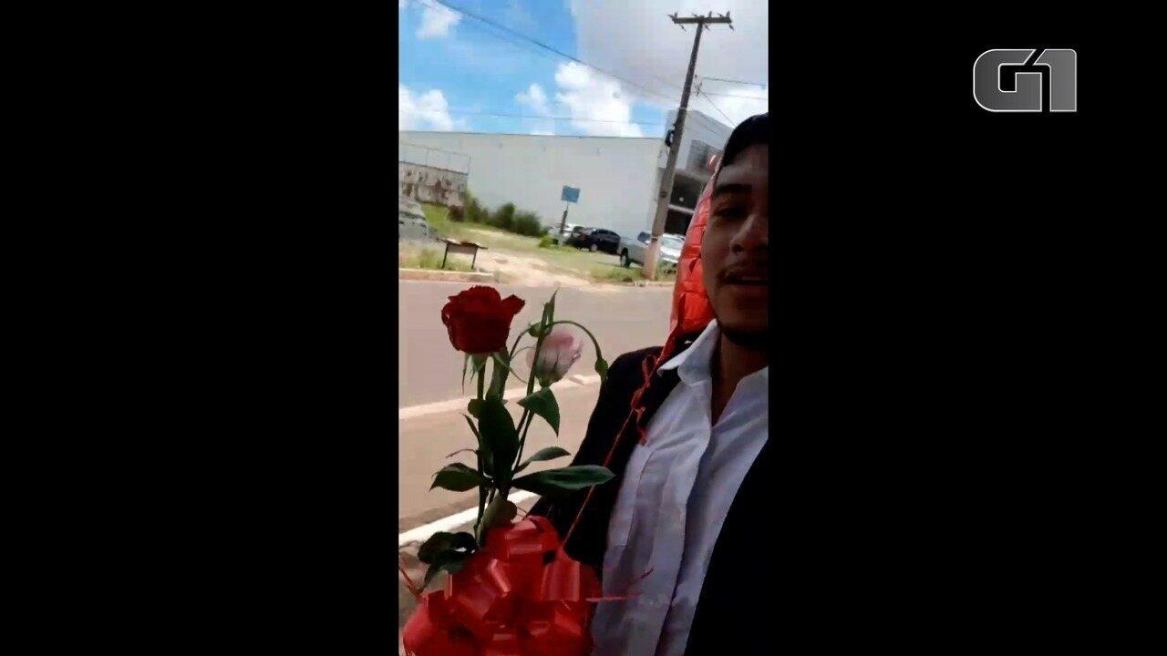 Estudante distribui flores e balões após ter pedido de casamento negado