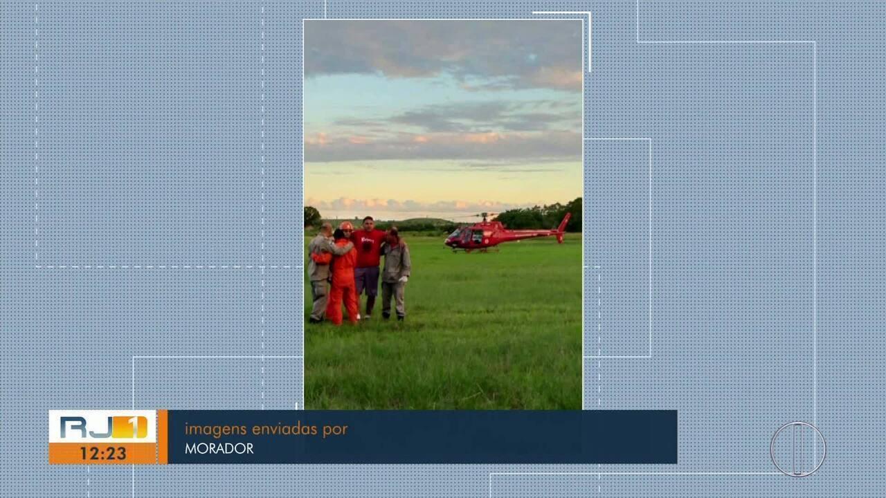 Homem cai de parapente, fica preso em árvore e é resgatado por helicóptero dos bombeiros