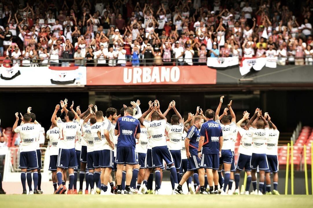 Jogadores do São Paulo aplaudem torcida pela presença no treino no Morumbi