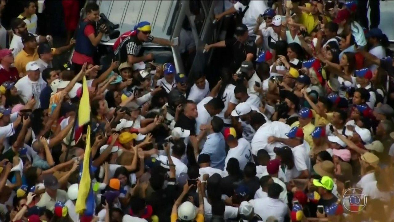 Milhares de pessoas protestam na Venezuela contra ou a favor de Maduro.