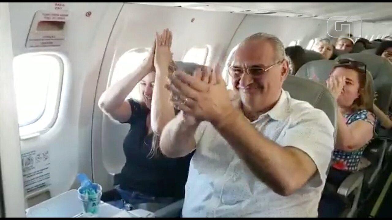 Piloto de avião faz homenagem aos pais durante voo no interior de SP