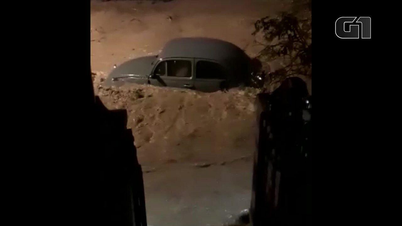 Carros são levados por enxurrada formada por chuva no Jardim Botânico
