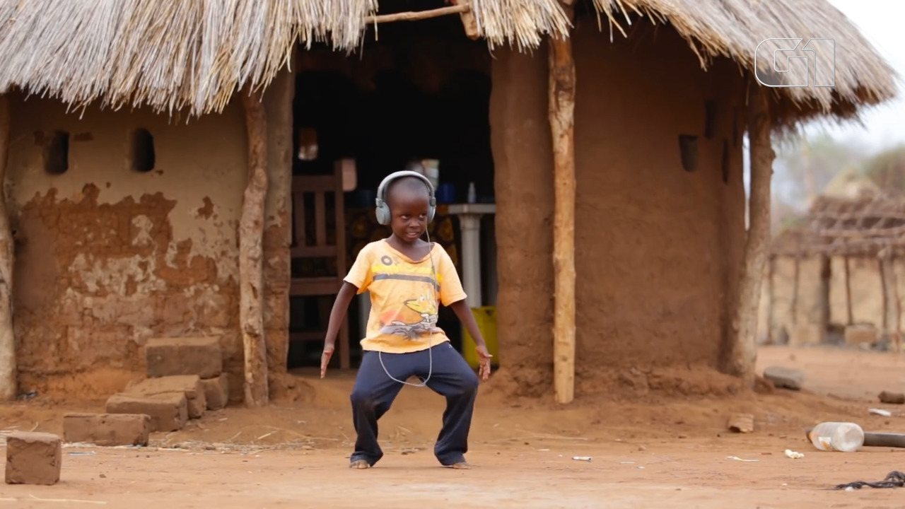 Crianças na Zâmbia dançam música de Jorge Ben Jor