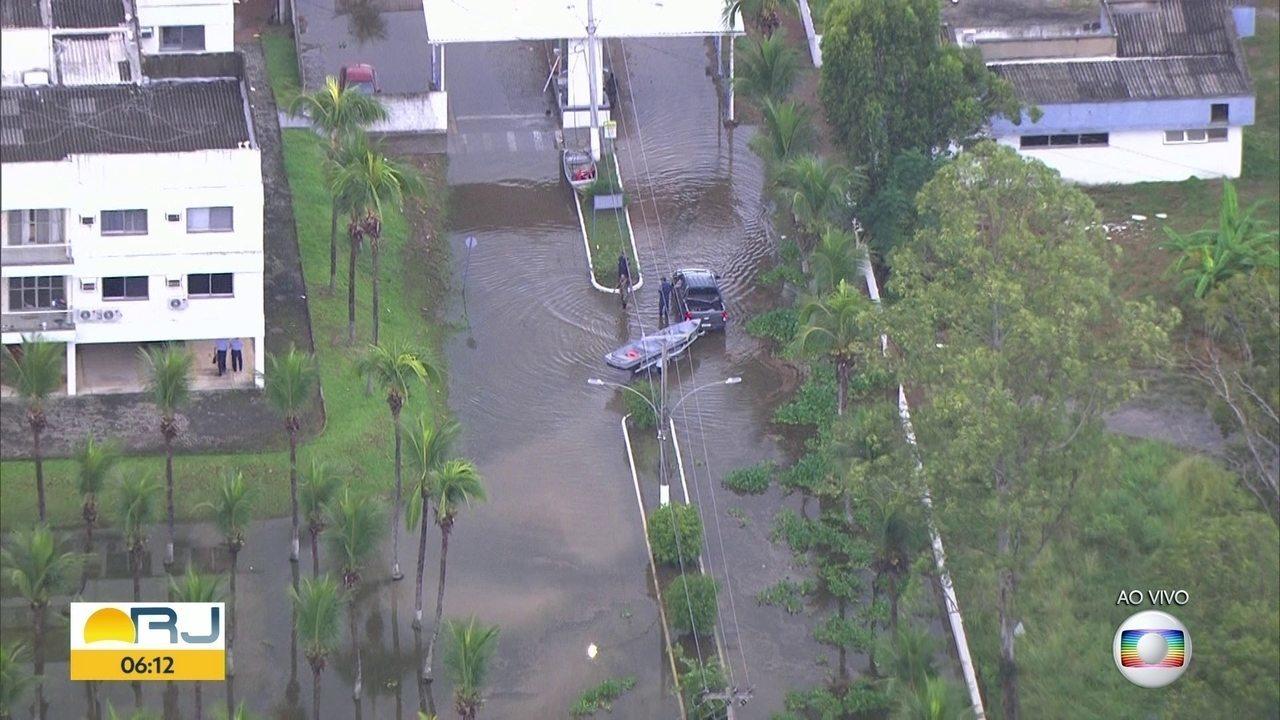 Vila Militar fica debaixo d'água após fortes chuvas