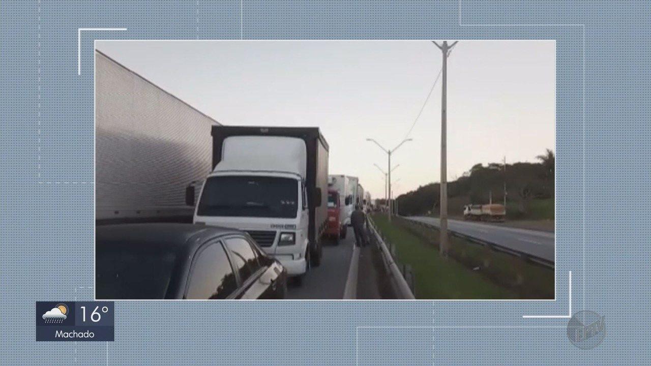 Acidente deixa congestionamento de 15 Km na Rodovia Fernão Dias, em Carmo da Cachoeira