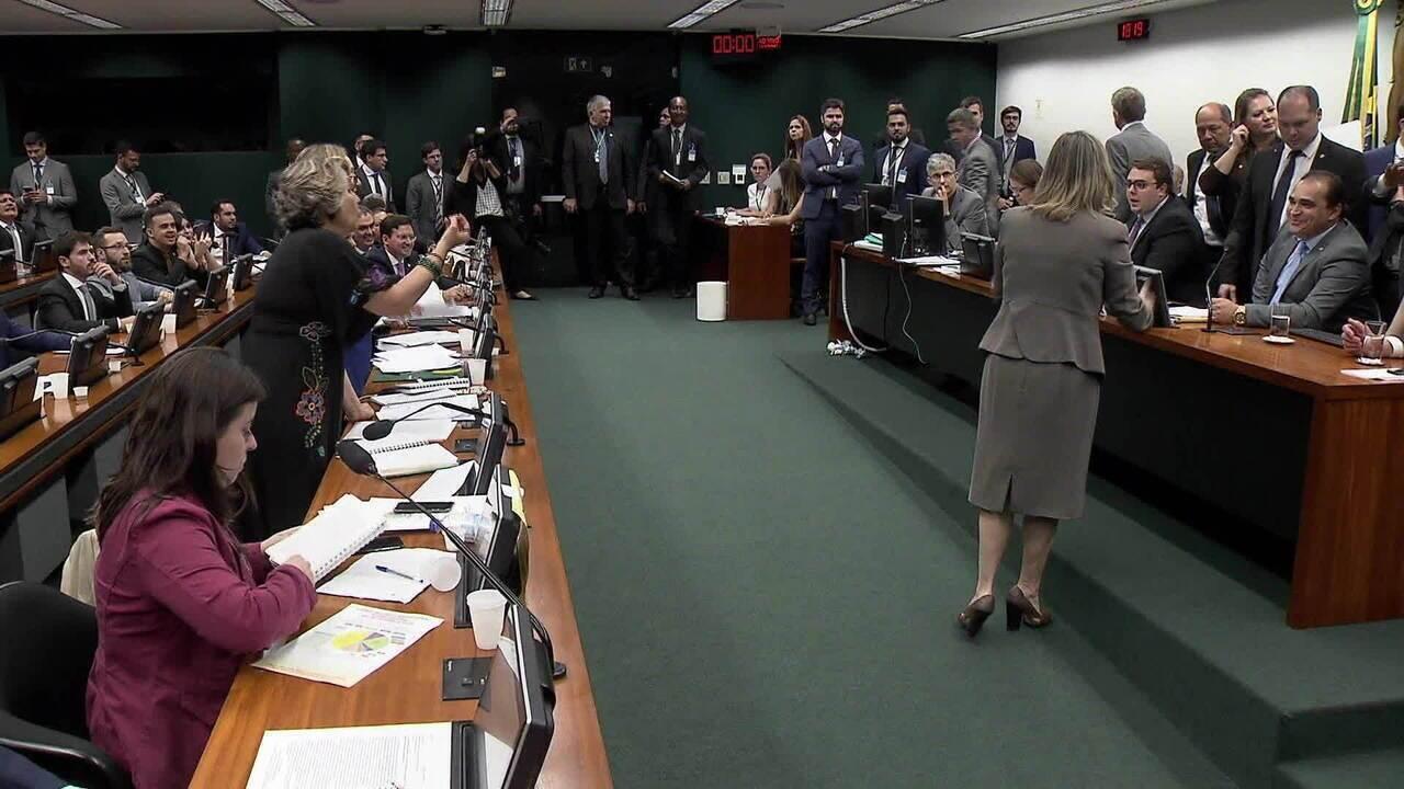 Relator entrega parecer favorável à reforma da Previdência em sessão tumultuada na CCJ