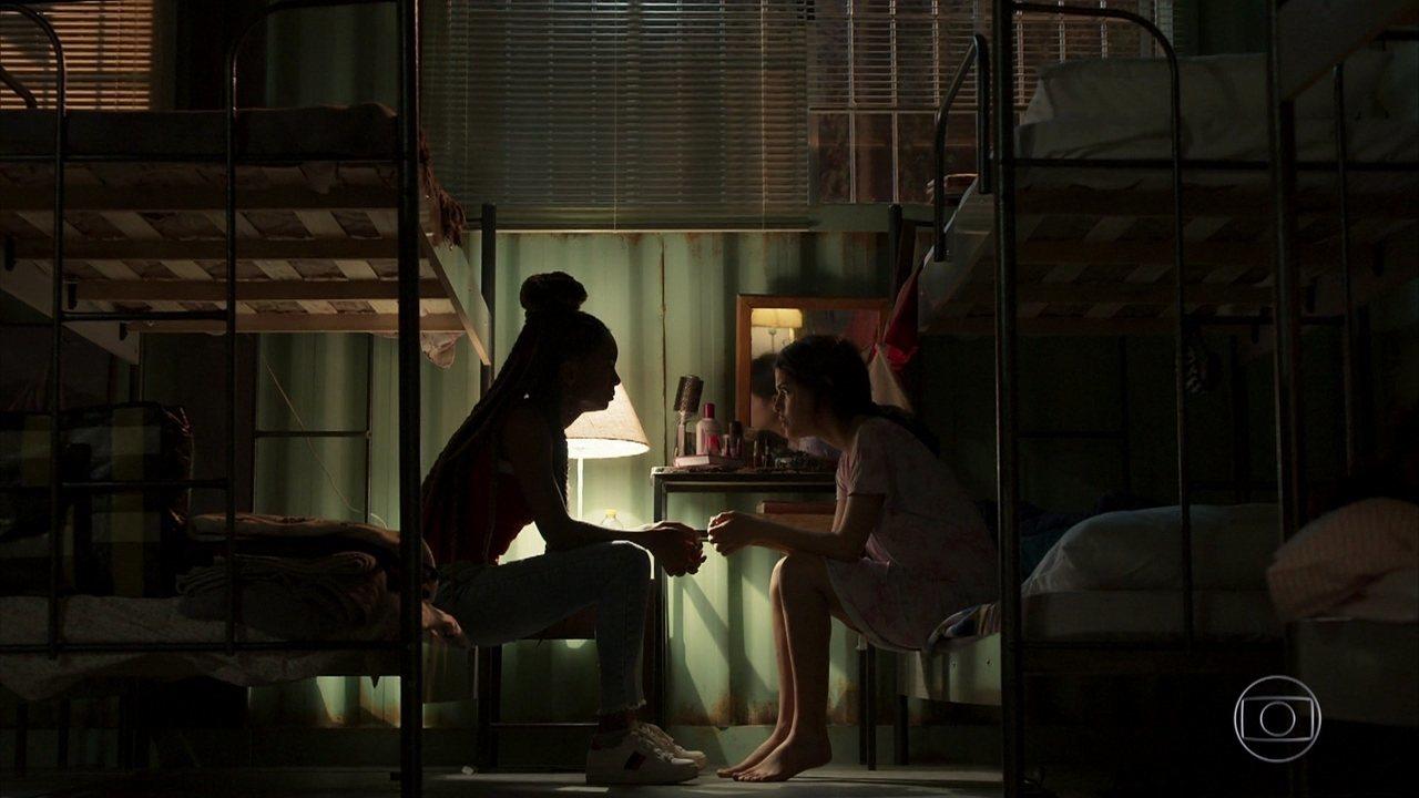 Laila conta para Marie que está grávida