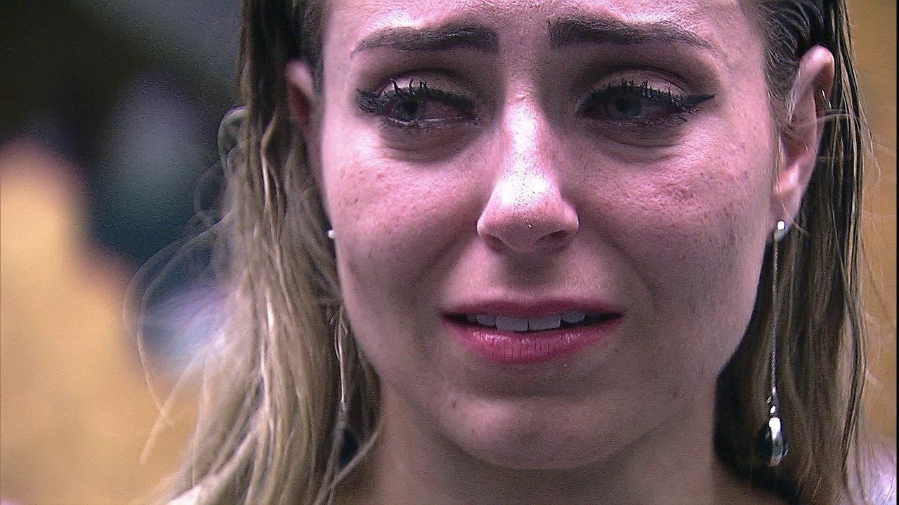 Paula chora e fala sozinha: 'O que eu fiz para essa menina?'