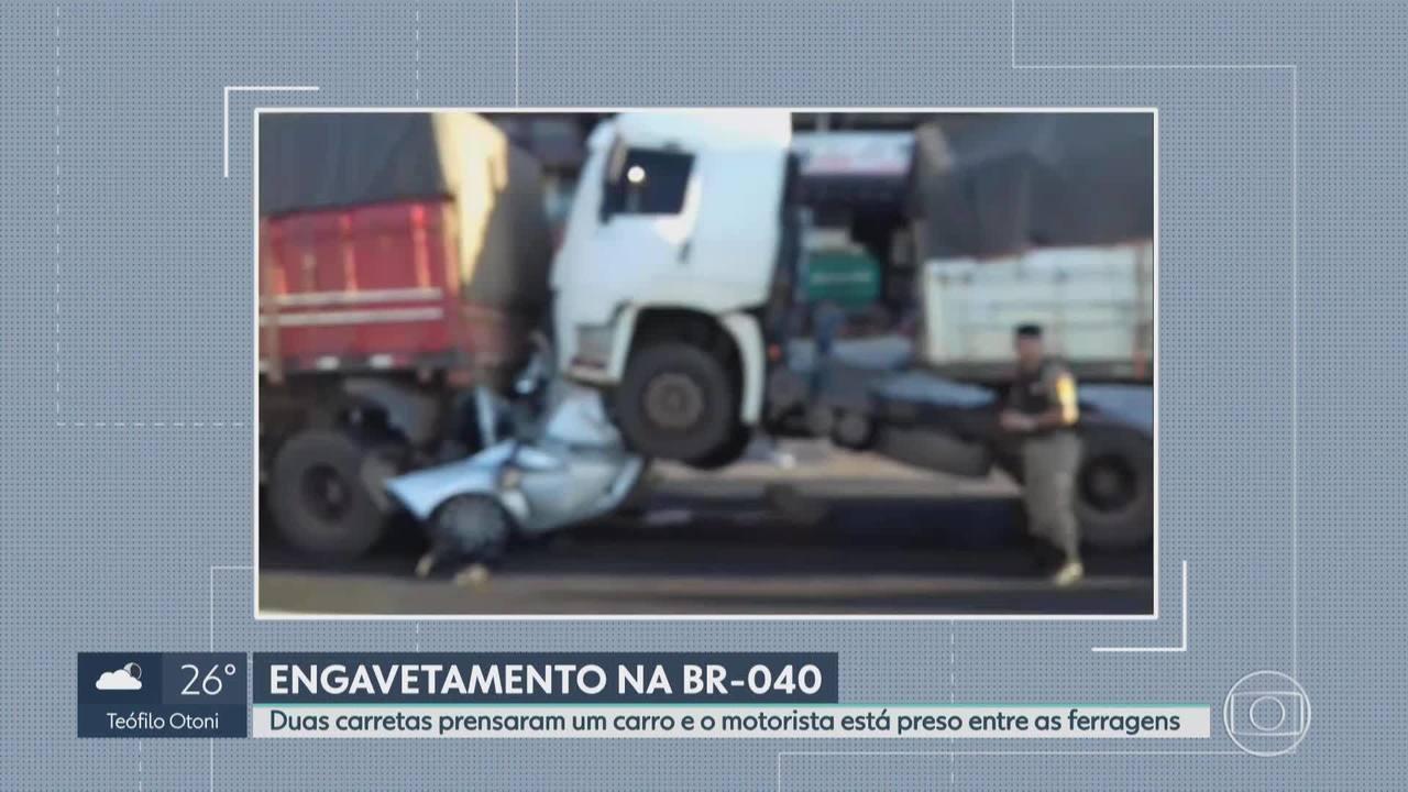 Motorista fica prensado entre dois caminhões na BR-040 em Belo Horizonte