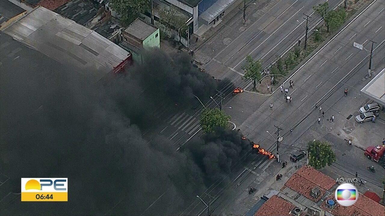 Protesto bloqueia avenida na Zona Sul do Recife