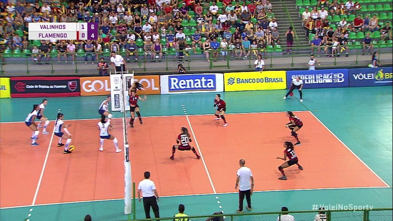 2º Set - Flamengo bloqueia, mas bola pega no pé da Fran e cai na quadra