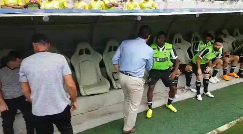 Rogério Ceni vai até banco de reservas cumprimentar elenco do Ceará em final do Cearense