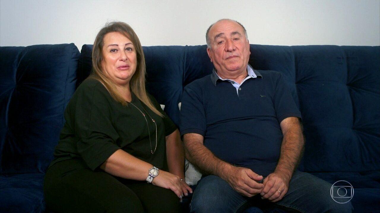 Kaysar Dadour recebe recado da família no palco do Domingão
