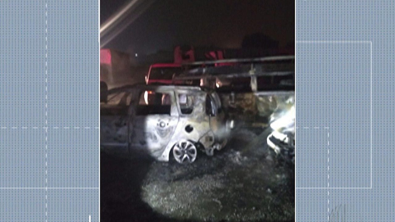 Pátio de veículos pega fogo em Itaquaquecetuba