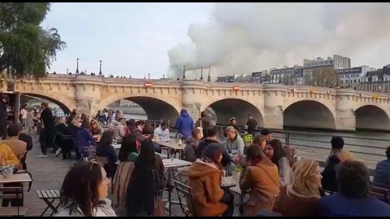 Brasileira tirou foto na Catedral de Notre-Dame minutos antes de incêndio