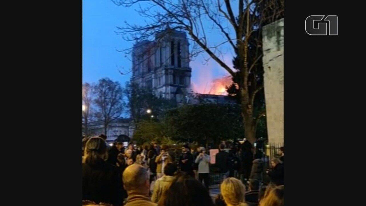 Brasileiro registra luto e coro dos franceses durante incêndio na Notre-Dame