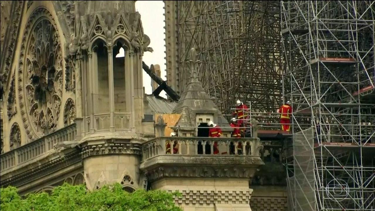 Após 15 horas, bombeiros controlam o fogo na catedral de Notre-Dame