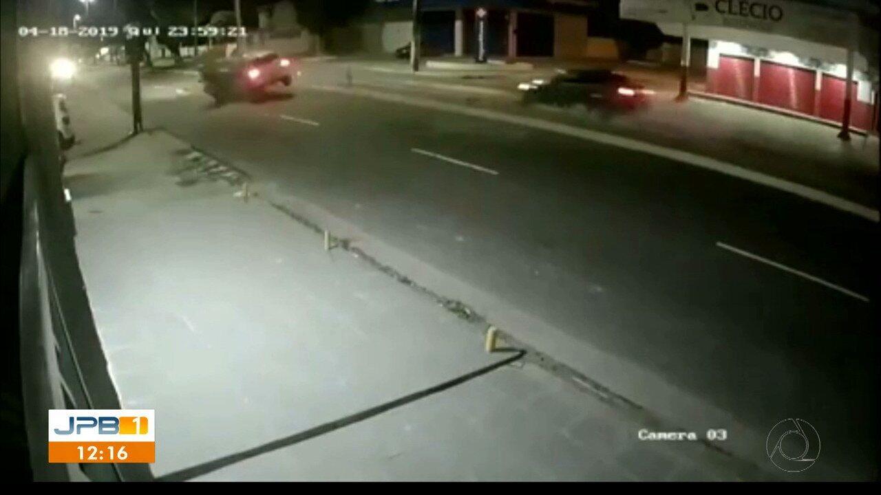 Homem morre após grave acidente entre carro e moto, na PB, e motorista é preso