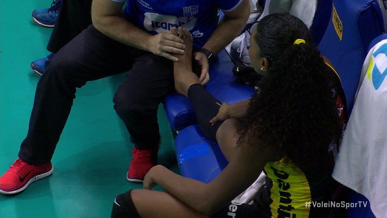 Imagem mostra tornozelo de Fernanda Garay bem inchado