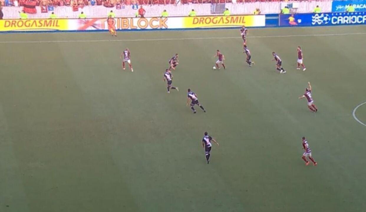 Sandro Meira Ricci aponta impedimento de Gabriel em lance que originou gol do Flamengo