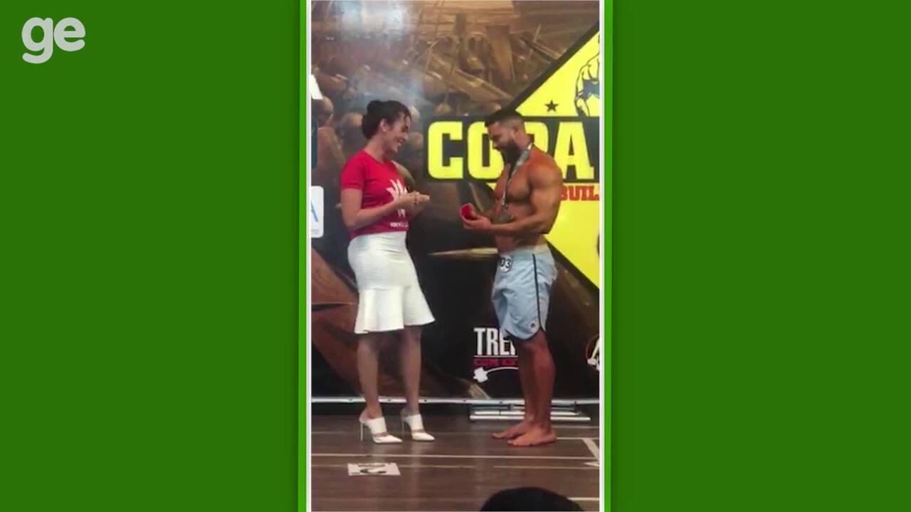 Atleta pede namorada em casamento em competição de fisiculturismo