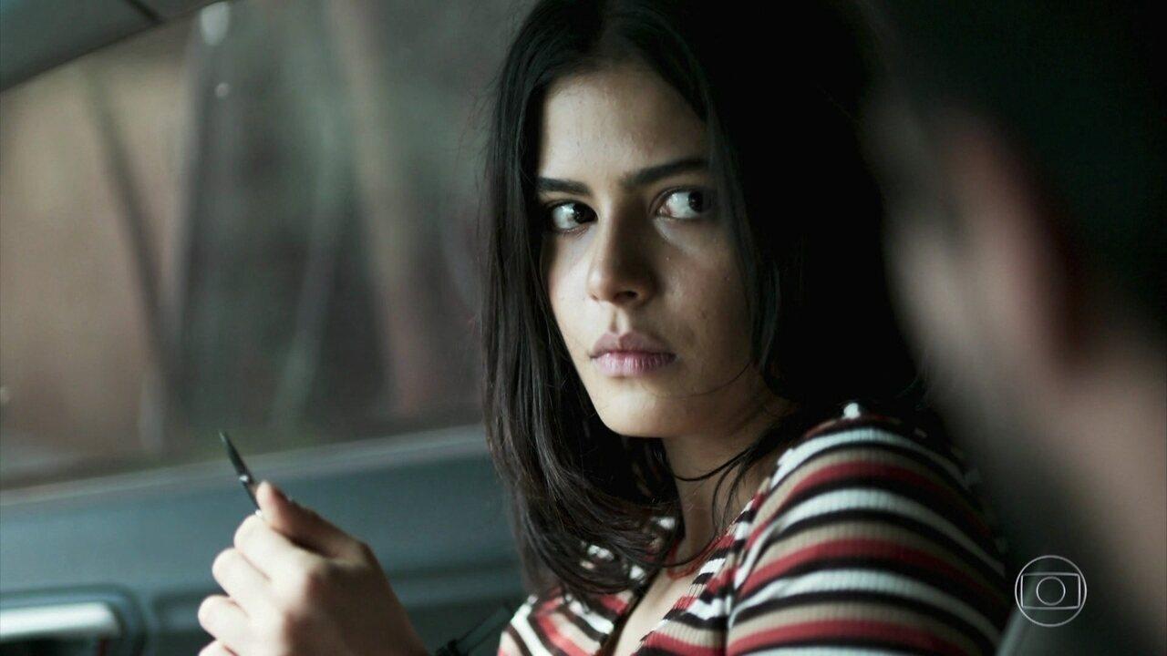 Laila acha um canivete para soltar as mãos de Jamil