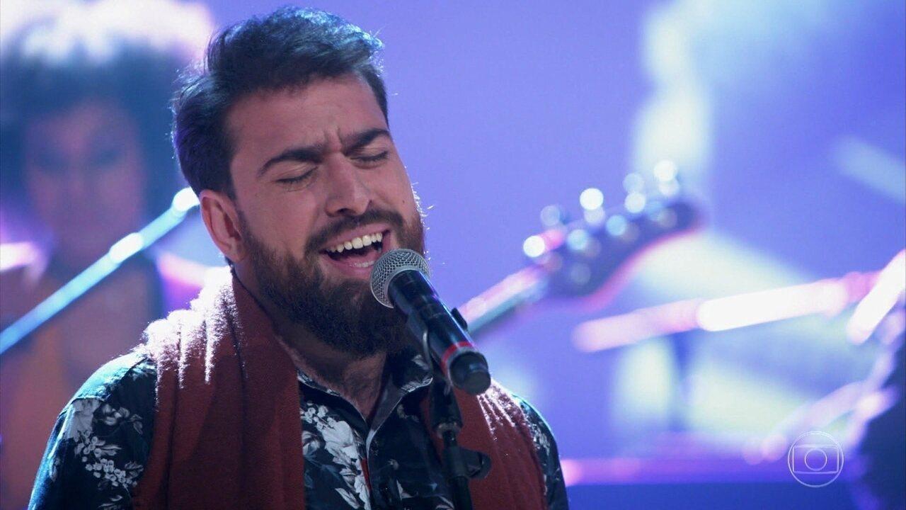 Gabriel Estrela encerra o programa cantando 'Ipê Amarelo'