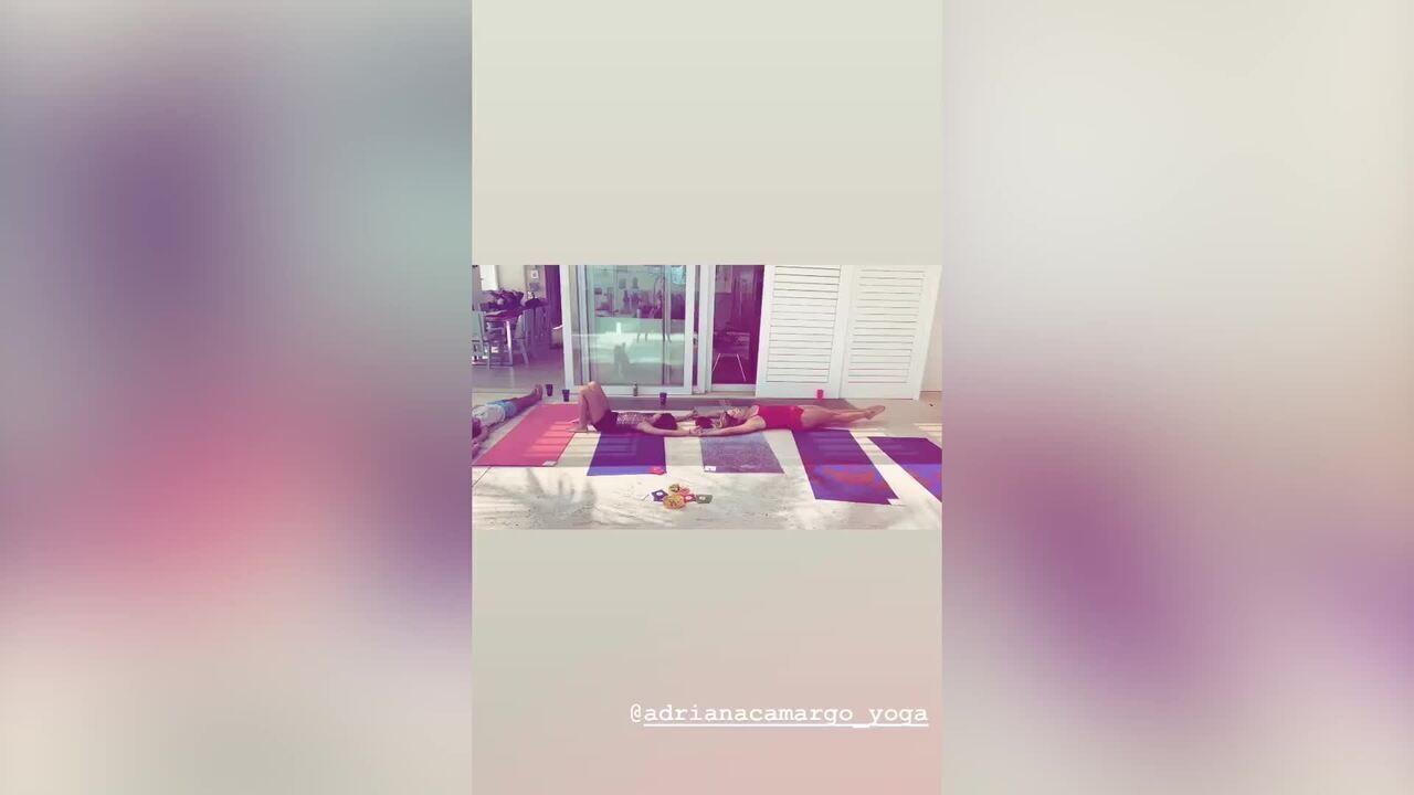 Flavia Alessandra fazendo ioga com a filha Olivia