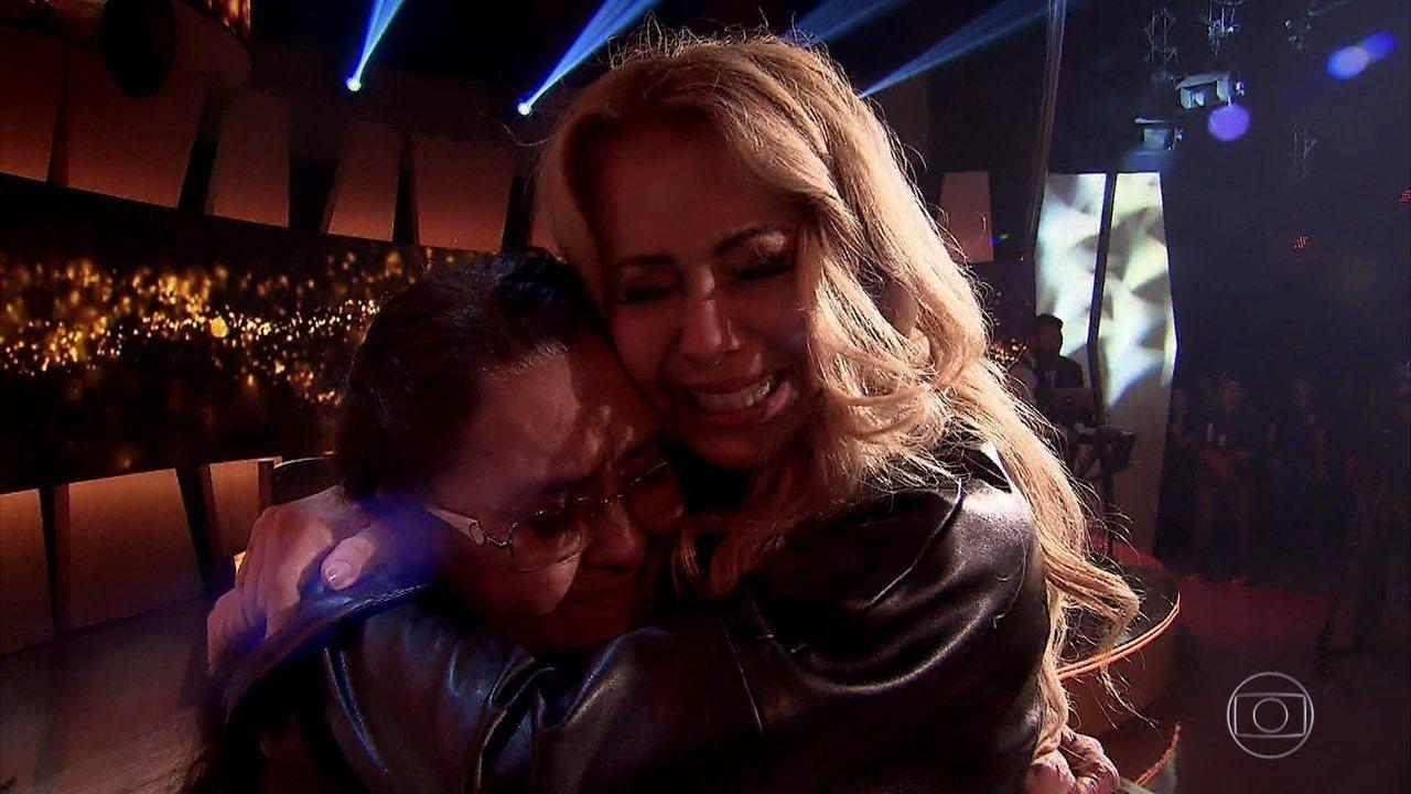 Em homenagem de sua família Joelma chora emocionada