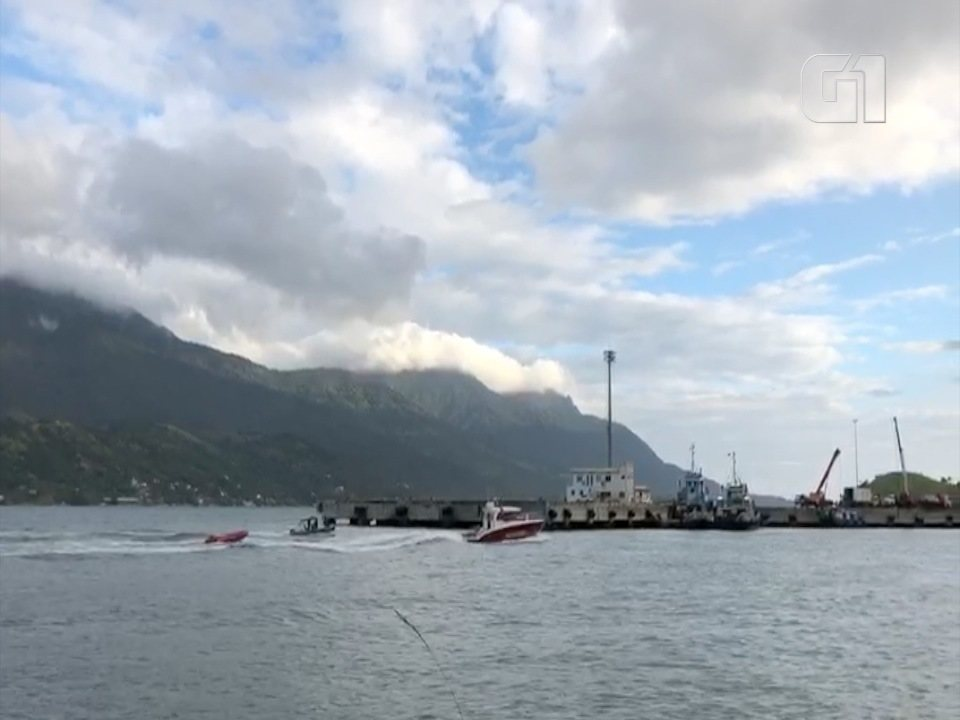 Bombeiros levam para continente corpo retirado do mar