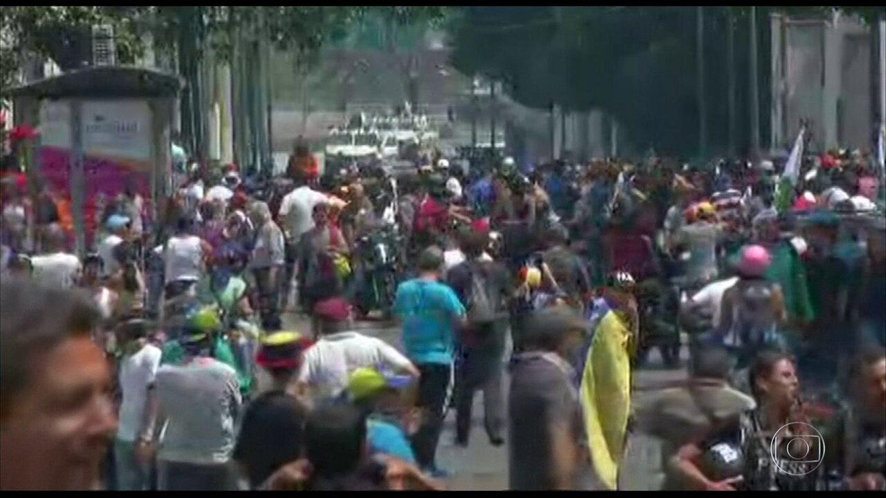 Manifestantes se reúnem em Caracas após convocação de Juan Guaidó