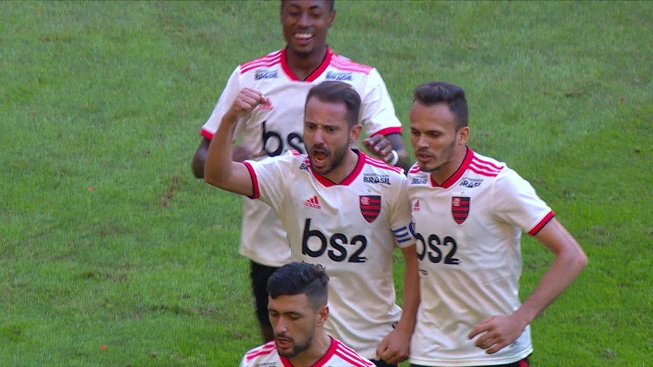Gol do Flamengo! Arrascaeta cruza, Éverton Ribeiro atrapalha Lomba e bola entra, aos 14 do 2º tempo
