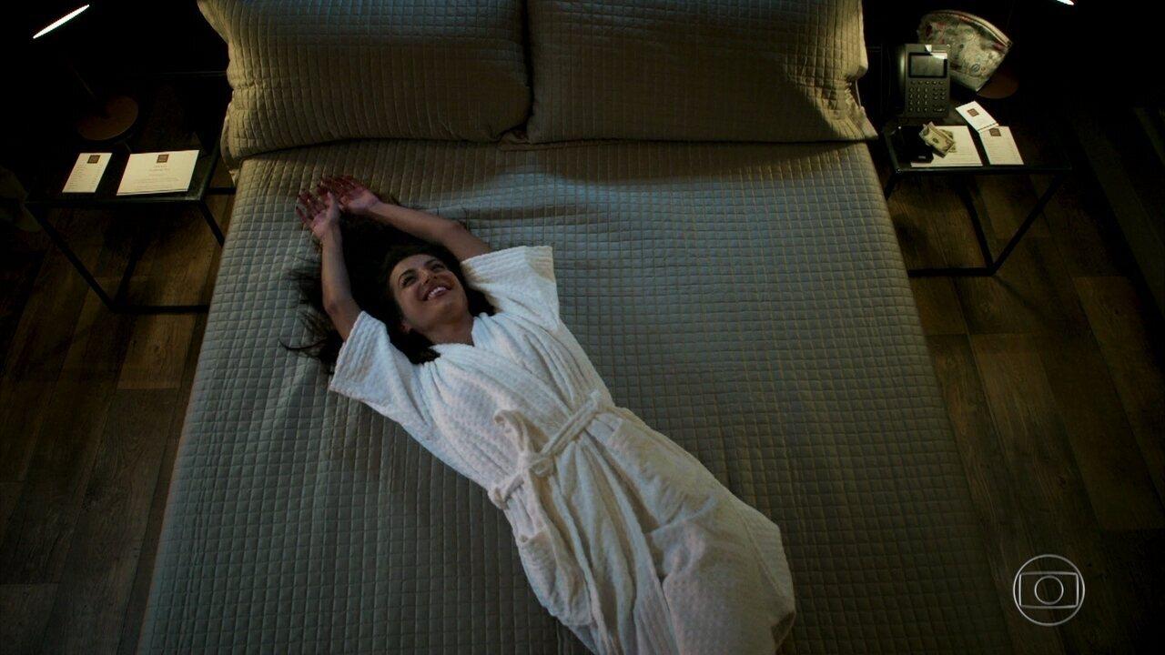 Camila faz a rica e aproveita o hotel