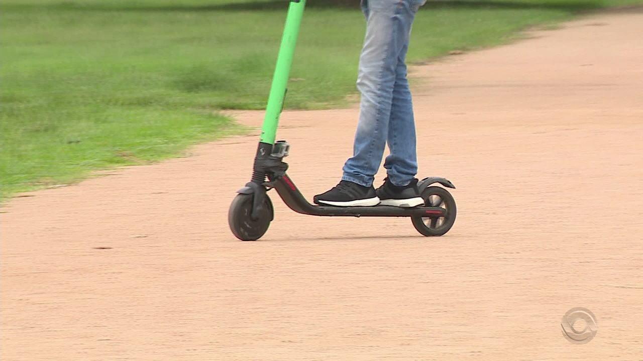 Nova alternativa de transporte, patinetes elétricos também são motivo de polêmica em Porto Alegre