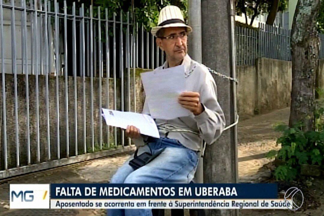 Em protesto por falta de medicamentos, aposentado se acorrenta em poste em Uberaba