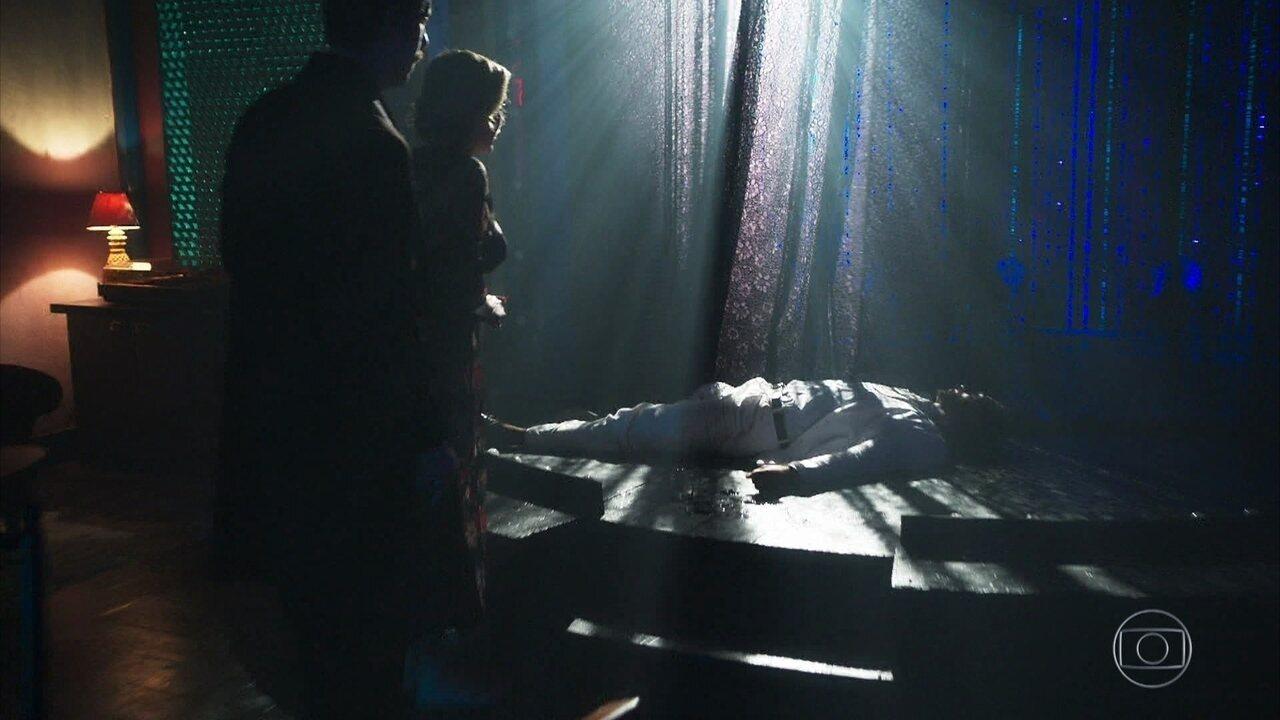 Adamastor encontra o corpo de Aranha no cabaré