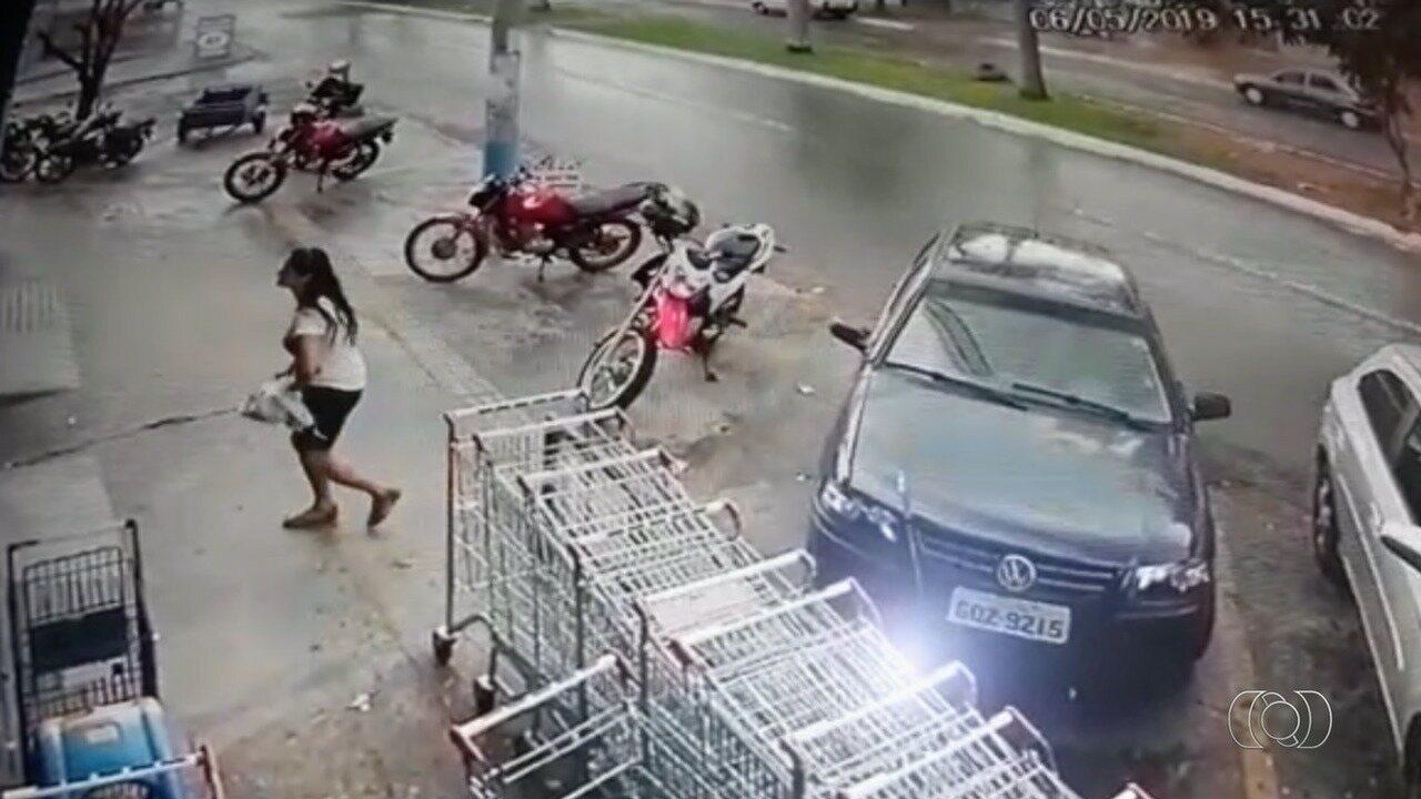 Mulher é baleada na frente do filho de 10 anos durante tentativa de assalto, em Goiânia