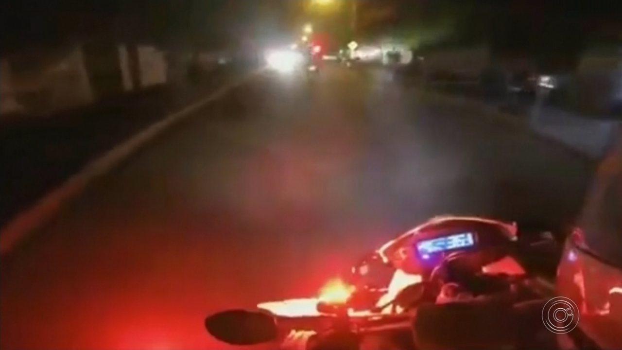Motociclista foge da PM, bate em carro e invade pista contrária em rodovia de Boituva