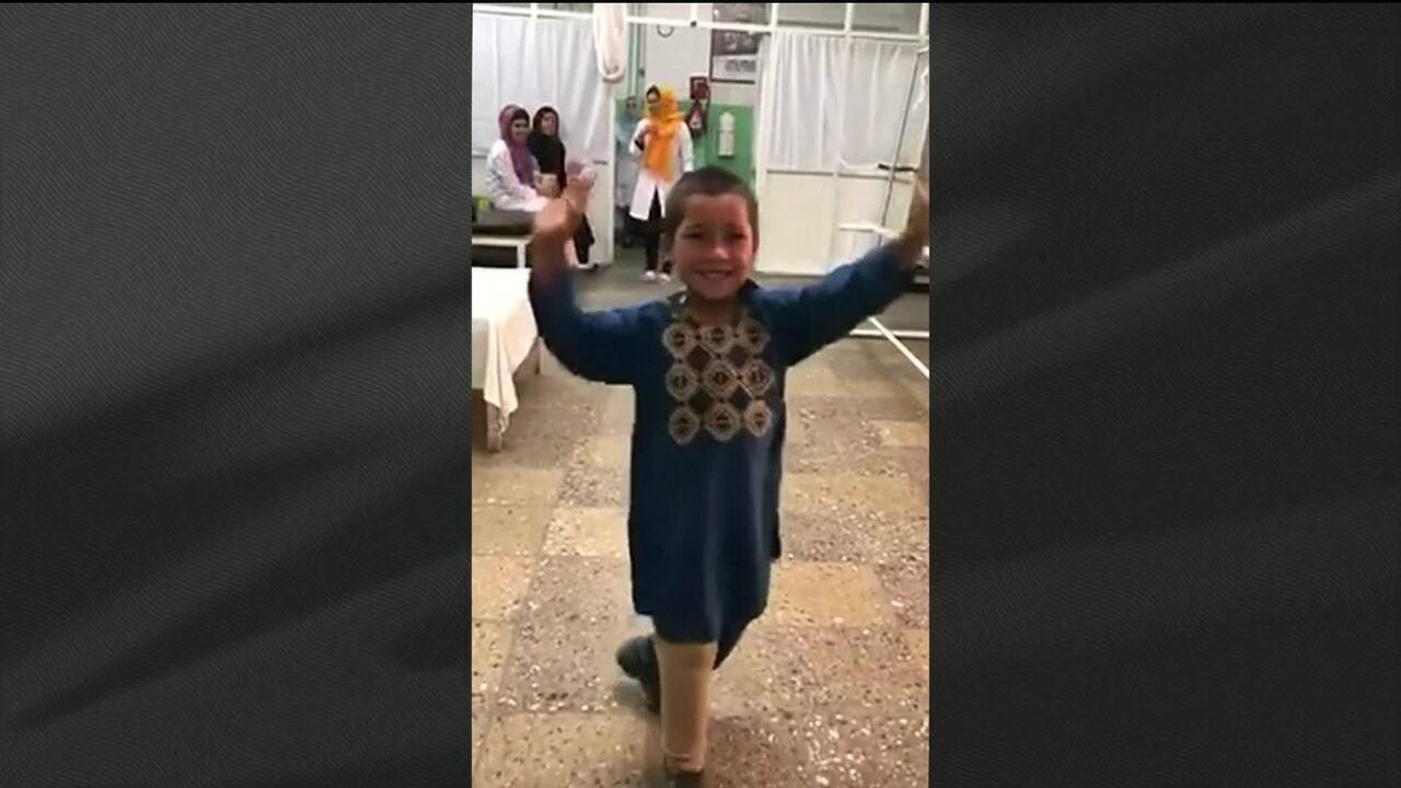 Vídeo de menino afegão dançando após colocação de prótese emociona e viraliza nas redes