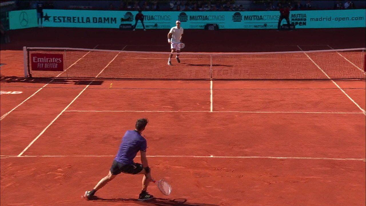 Federer sobe no voleio e joga no contrapé de Thiem para salvar break point