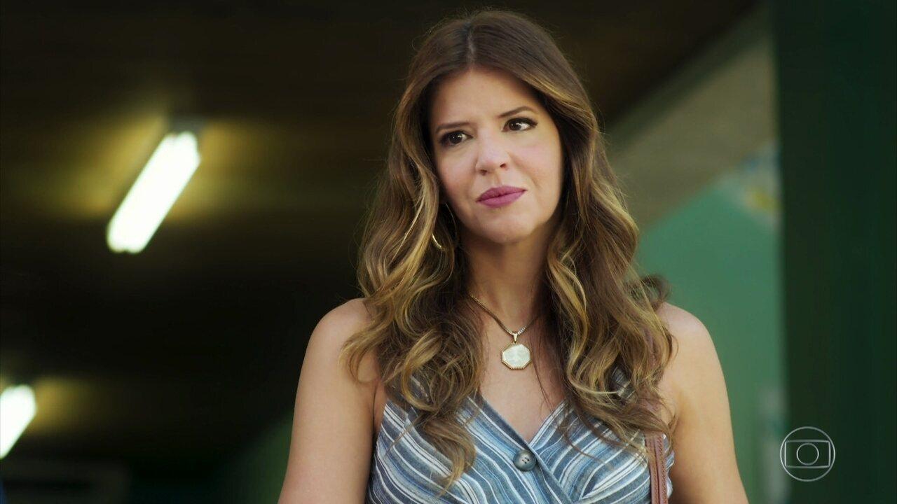 Carla repreende Raíssa na frente dos amigos