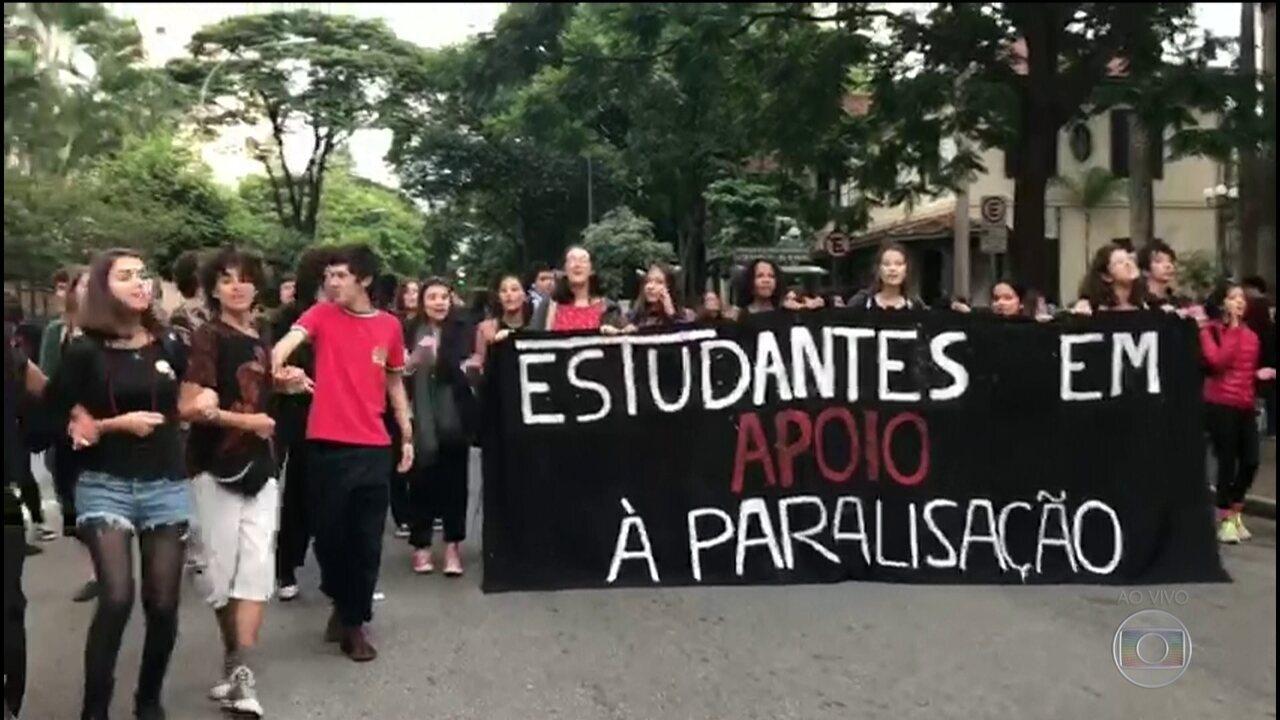 Escolas e universidades públicas fazem paralisação contra bloqueio de verbas