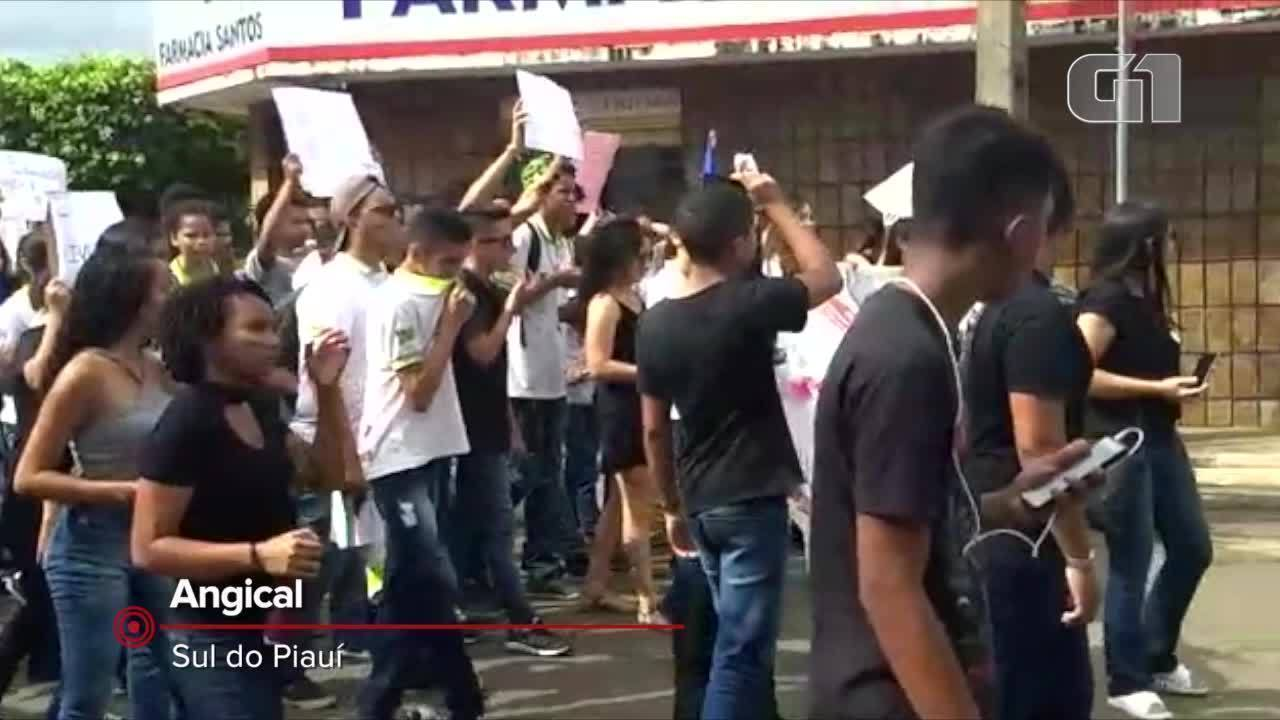 Estudantes fazem manifestação contra bloqueio de recursos em Angical