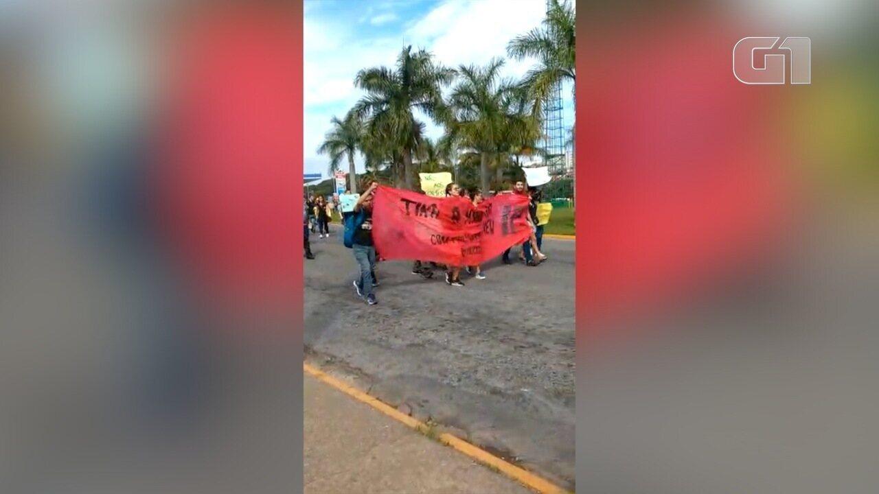 Veja imagens de ato de estudantes em Bragança Paulista