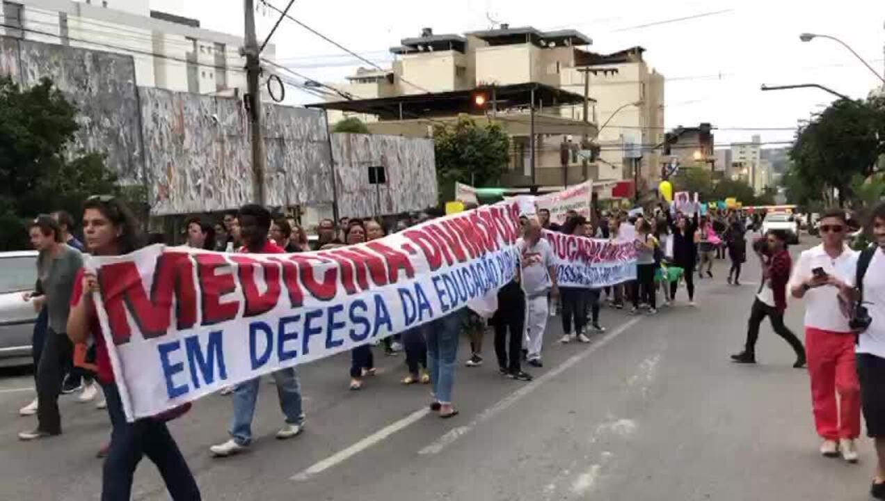 Manifestantes protestaram na Avenida Sete de Setembro em Divinópolis