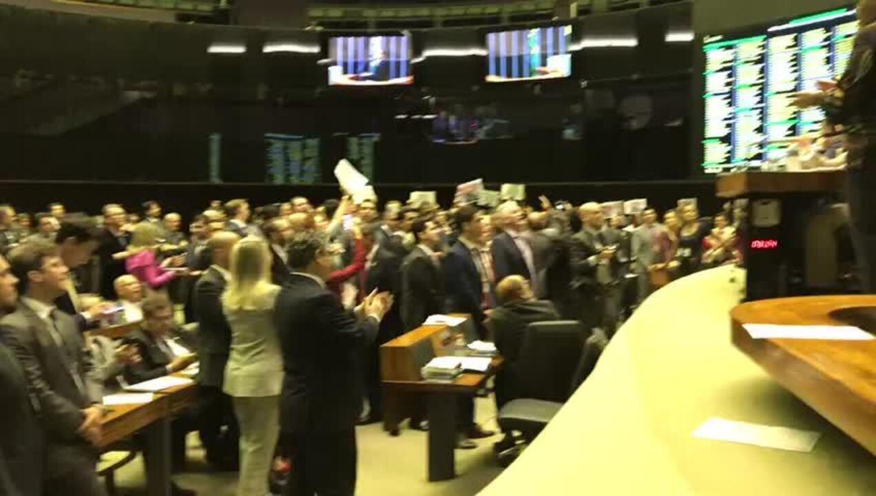 Deputados de oposição protestam contra o ministro Abraham Weintraub em sessão na Câmara