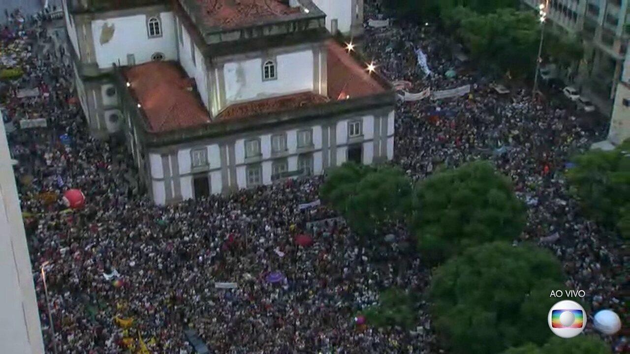 Manifestantes protestam contra corte de verbas da educação no Centro do Rio