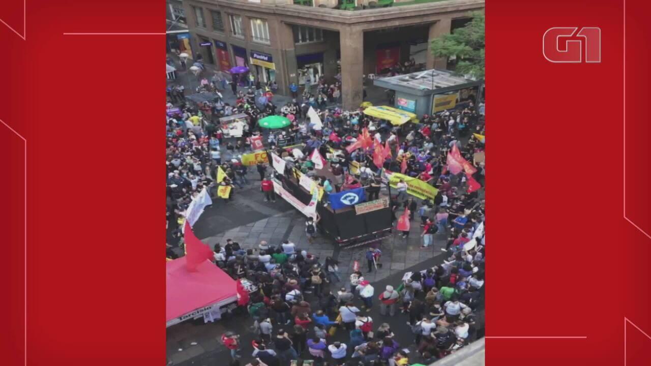 Manifestante critica Bolsonaro em protesto em Porto Alegre