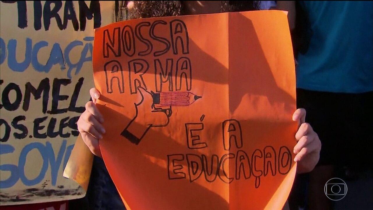 Manifestantes contra o corte de verbas na educação lotaram as ruas em todos os estados